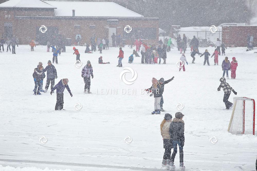BOMMELERWAARD - Vrijdag 3 februari viel in heel Nederland een pak sneeuw. Natuurlijk veel overlast maar ook heel veel sneeuwpret. Met op de foto de IJsbaan in Kerkdriel die ondanks de zware sneeuwval gewoon bezoekers bleef trekken. FOTO LEVIN DEN BOER - PERSFOTO.NU