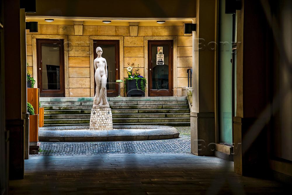 Prague, la ville aux mille tours et mille clochers, n&rsquo;a pas seulement inspire Andre Breton et les surrealistes. Chaque annee, la belle Tcheque seduit des millions d&rsquo;admirateurs du monde entier. Monuments, fa&ccedil;ades et statues racontent une histoire mouvementee ou planent les ombres du Golem, de Mucha ou de Kafka.<br /> Depuis 1992, le centre ville historique est inscrit sur la liste du patrimoine mondial par l'UNESCO<br /> Mala Strana