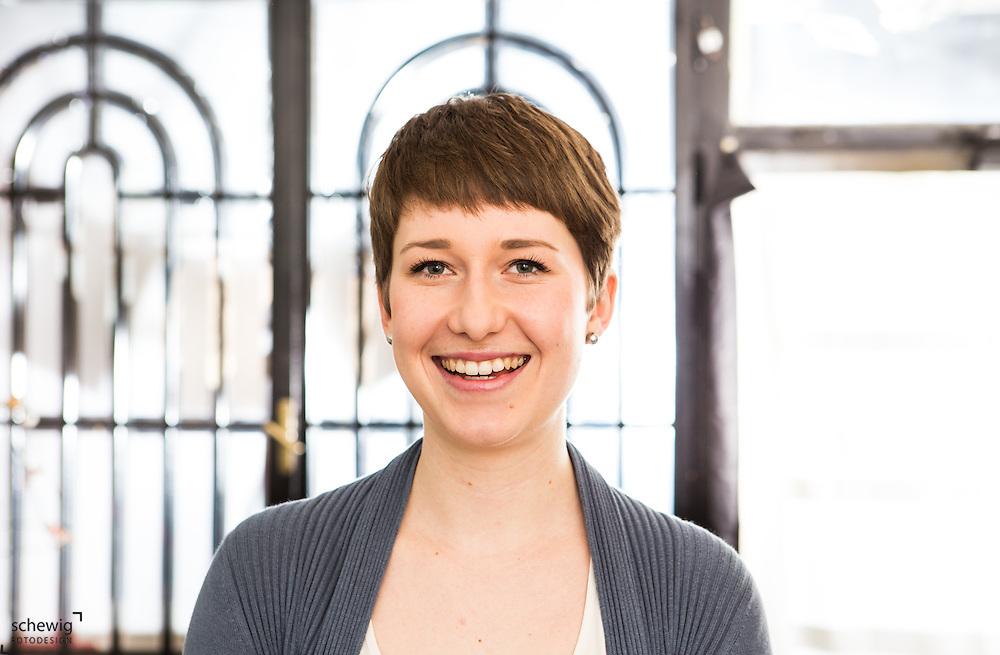 Junge Frau in ihrem Geschäft/Workshop, Wien, Österreich, Jungunternehmerin im Kreativbereich, Portrait