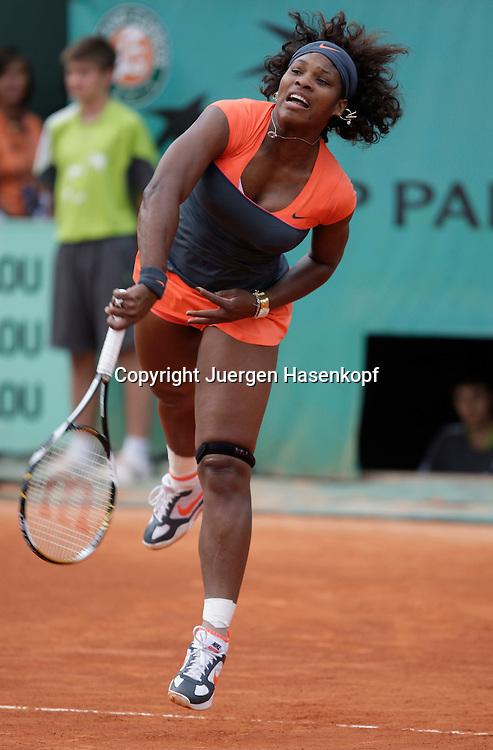French Open 2009, Roland Garros, Paris, Frankreich,Sport, Tennis, ITF Grand Slam Tournament,<br /> Serena Williams (USA) spielt einen Aufschlag,service,action,Sprung<br /> <br /> Foto: Juergen Hasenkopf