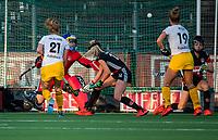 AMSTELVEEN  -  Anne Veenendaal (A'dam) stopt de strafcorner   tijdens   de eerste finalewedstrijd van de play offs om de landstitel hockey dames , Amsterdam-Den Bosch (2-1) . COPYRIGHT  KOEN SUYK
