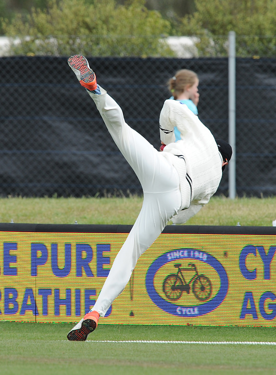 New Zealand's Doug Bracewell attempts a catch on the boundary off the batting of Sri Lanka's Milinda Siriwardana on day three of the first International Cricket Test, University Cricket Oval, Dunedin, New Zealand, Saturday, December 12, 2015. Credit:SNPA / Ross Setford