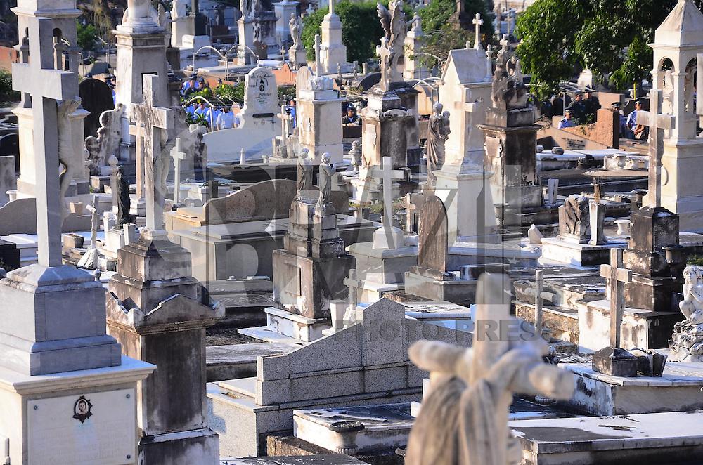 RIO DE JANEIRO, RJ, 13  DE AGOSTO DE 2013 -CEMITÉRIO SÃO JOÃO BATISTA-RJ- Movimentação no cemitério São João Batista, na tarde desta terça-feira,13, em Botafogo, zona sul do Rio de Janeiro.FOTO:MARCELO FONSECA/BRAZIL PHOTO PRESS