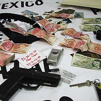 Toluca, Méx.- Elementos del grupo ASES de la policia del Estado de Mexico presentaron a dos sujetos que fueron capturados esta mañana frente a una sucursal de Bancomer en la zona industrial de Toluca, quienes despues de asaltar a un cuentahabiente trataron de darse a la fuga. Estos delincuentes originarios de la ciudad de Mexico fueron identificados por los funcionarios del banco como los responsables de diversos asaltos al ser identificados en las gravaciones del circuito cerrado de seguridad. Agencia MVT / Hernan Vazquez E. (DIGITAL)<br /> <br /> NO ARCHIVAR - NO ARCHIVE