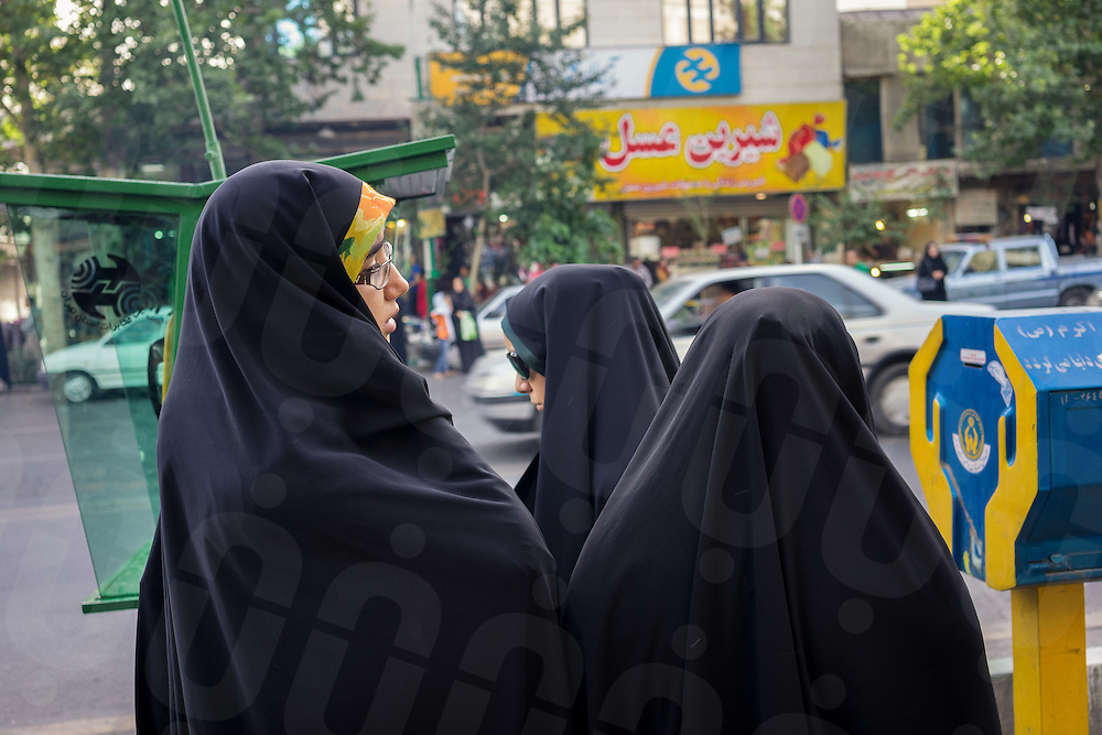 June 12, 2014 - Theran, Iran. Young women dress with  traditional Islamic black chador in a street of the capital Tehran. © Thomas Cristofoletti / Ruom