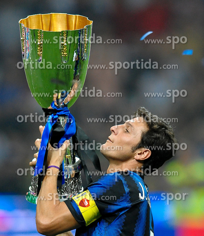 21.08.2010, Stadio Giuseppe Meazza, Mailand, ITA, Supercoppa Italiana 2010, Inter Mailand vs AS Rom, im Bild Javier ZANETTI Inter alza la coppa, Esultanza.EXPA Pictures © 2010, PhotoCredit: EXPA/ InsideFoto/ Andrea Staccioli +++++ ATTENTION - FOR AUSTRIA AND SLOVENIA CLIENT ONLY +++++... / SPORTIDA PHOTO AGENCY