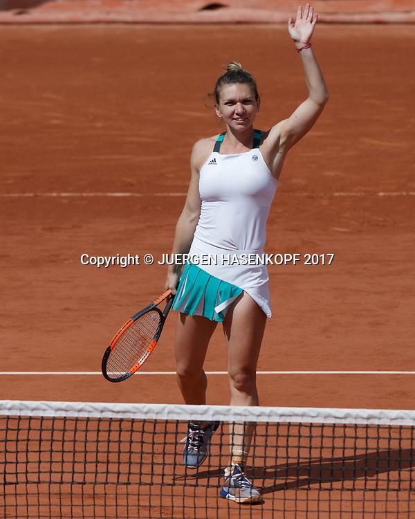 SIMONA HALEP (ROU) winkt und bedankt sich beim Publikum nach ihrem Sieg,Freude,Emotion,<br /> <br /> Tennis - French Open 2017 - Grand Slam / ATP / WTA / ITF -  Roland Garros - Paris -  - France  - 7 June 2017.