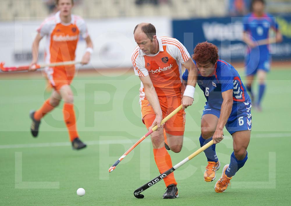 AUCKLAND - Champions Trophy men.Netherlands v Korea.foto: Teun de Nooijer, del met Lee Nam Yong..FFU Press Agency  COPYRIGHT FRANK UIJLENBROEK..