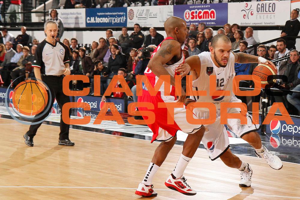 DESCRIZIONE : Caserta Lega A 2011-12 Pepsi Caserta Scavolini Siviglia Pesaro<br /> GIOCATORE : Andre Smith<br /> SQUADRA : Pepsi Caserta<br /> EVENTO : Campionato Lega A 2011-2012<br /> GARA : Pepsi Caserta Scavolini Siviglia Pesaro<br /> DATA : 12/11/2011<br /> CATEGORIA : palleggio<br /> SPORT : Pallacanestro<br /> AUTORE : Agenzia Ciamillo-Castoria/A.De Lise<br /> Galleria : Lega Basket A 2011-2012<br /> Fotonotizia : Caserta Lega A 2011-12 Pepsi Caserta Scavolini Siviglia Pesaro<br /> Predefinita :