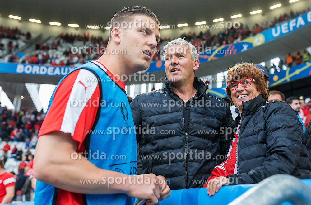 14.06.2016, Stade de Bordeaux, Bordeaux, FRA, UEFA Euro, Frankreich, Oesterreich vs Ungarn, Gruppe F, im Bild Kevin Wimmer (AUT) mit Vater und Mutter // Kevin Wimmer (AUT) with his Father and Mother during Group F match between Austria and Hungary of the UEFA EURO 2016 France at the Stade de Bordeaux in Bordeaux, France on 2016/06/14. EXPA Pictures © 2016, PhotoCredit: EXPA/ JFK