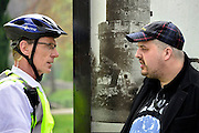 Nederland, Nijmegen, 5-4-2014Demonstratie ter ondersteuning van Geert Wilders en ter veroordeling van de aangifte van burgemeester Bruls, de Nijmeegse wethouders namens de Nijmeegse gemeenteraad. De groep verzamelt zich in het Kronenburgerpark waar van den Bos oproept tot beheersing. Organisator Angelo van den Bos overlegt met een agent over de te lopen route.  Hij doet later aangifte op het politiebureau tegen de burgemeester wegens machtsmisbruik.Foto: Flip Franssen