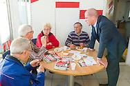 Nederland, Den Bosch, 20141101.<br /> Fractievoorzitter van de PvdA Diederik Samsom in gesprek met buurtbewoners in het Repair Caf&eacute;.<br /> In de gemeente Den Bosch staan verkiezingsborden. Die zijn bedoeld voor de gemeenteraadsverkiezingen in Den Bosch, op woensdag 19 november. <br /> Vanwege de gemeentelijke herindeling van Maasdonk zijn de verkiezingen in Den Bosch pas op 19 november. Nuland en Vinkel komen bij Den Bosch, Geffen bij Oss. In Nuland en Vinkel zijn de verkiezingsborden al geplaatst. In totaal verschijnen 42 van deze grote borden in de gemeente. <br /> <br /> Netherlands, Den Bosch, 20141101.<br /> The city of Den Bosch are election signs. Intended for the municipal elections in Den Bosch, on Wednesday 19th November. <br /> Because of the municipal reorganization of Maasdonk the elections in Den Bosch until November 19th. Nuland and Leek come Den Bosch, Geffen at Oss. Nuland Leek and his election signs already posted. A total of 42 of these appear large signs in the municipality.