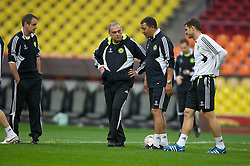 MOSCOW, RUSSIA - Tuesday, May 20, 2008: Chelsea's manager Avram Grant and Frank Lampard during training ahead of the UEFA Champions League Final against Manchester United at the Luzhniki Stadium. (Photo by David Rawcliffe/Propaganda)