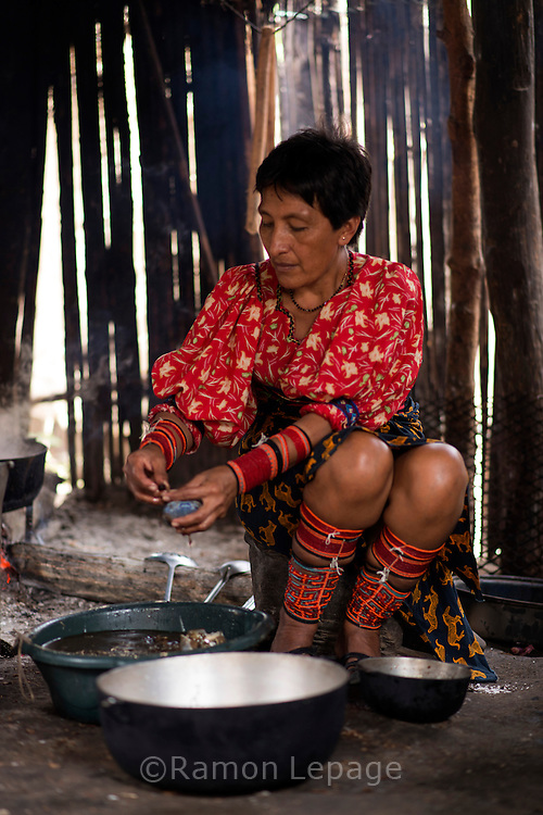 Ida Lombardo, cocinando cangrejos. La  isla de Ustupu, perteneciente a la comarca indígena  Guna Yala,  forma parte del archipiélago de 365 islas a lo largo de la costa caribe noreste de Panamá..En Ustupu se genero la  Revolución Guna  en 1925, en la que los indígenas Gunas se defendieron ante las autoridades panameñas, que obligaban a los indígenas a occidentalizar su cultura a la fuerza. los Gunas con el aval del gobierno panameño, crearon un territorio autónomo llamado comarca indígena de Guna Yala, para garantizar la seguridad de la población y cultura Guna..(Ramón Lepage).