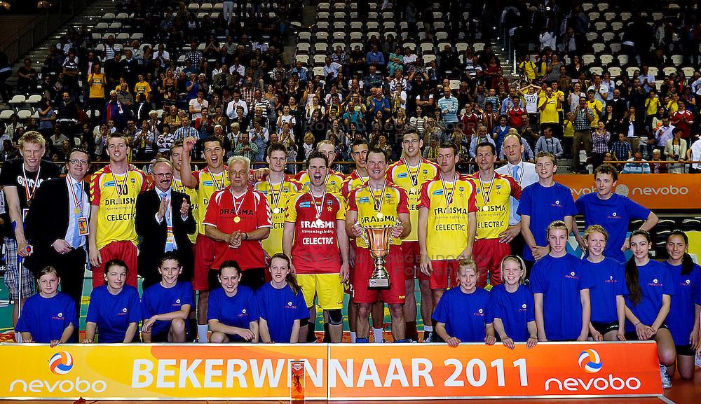 10-04-2011 VOLLEYBAL: BEKERFINALE DRAISMA APELDOORN - LANGHENKEL VOLLEY: ALMERE<br /> Draisma Dynamo bekewinnar 2010 - 2011 met oa. Jasper Diefenbach, Sjoerd Hoogendoorn, Dirk Sparidans, Niels Plinck, Floris van Rekom Kars van Tarel, Headcoach Redbad Strikwerda, Ewoud Gommans, Thom van den Heuvel, Joost Joosten<br /> &copy;2011 Ronald Hoogendoorn Photography