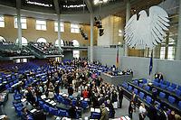 01 JUN 2006, BERLIN/GERMANY:<br /> Namentlich Abstmmung zum Einsatz der Bundeswehr im Kongo im Rahmen der EU-gefuehrten Operation EUFOR RD Congo, Plenum, Deutscher Bundestag<br /> IMAGE: 20060601-01-089<br /> KEYWORDS: Plenarsaal, Übersicht, Bundesadler