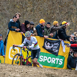 2018-11-24: Cycling: CX Worldcup: Koksijde: Mathieu van der Poel starting a solo show