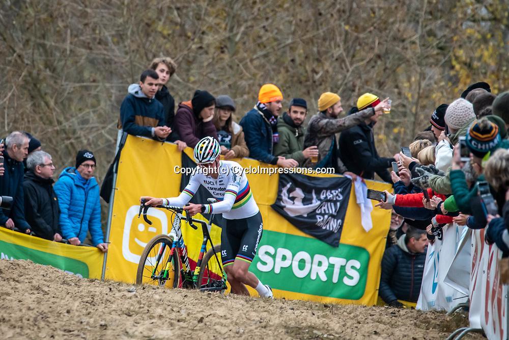 2018-11-24: Cycling: CX Worldcup: Koksijde: Mathieu van der Poel starting a solo show
