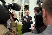06 MAY 2004, ORANIENBURG/GERMANY:<br /> Peter Struck, SPD, Bundesverteidigungsminister, im Gespraech mit Journalisten, Schlosspark, Oranienburg<br /> Peter Struck, Federal Minister of Defense, talking with journalists<br /> IMAGE: 20040506-02-015<br /> KEYWORDS: Journalist
