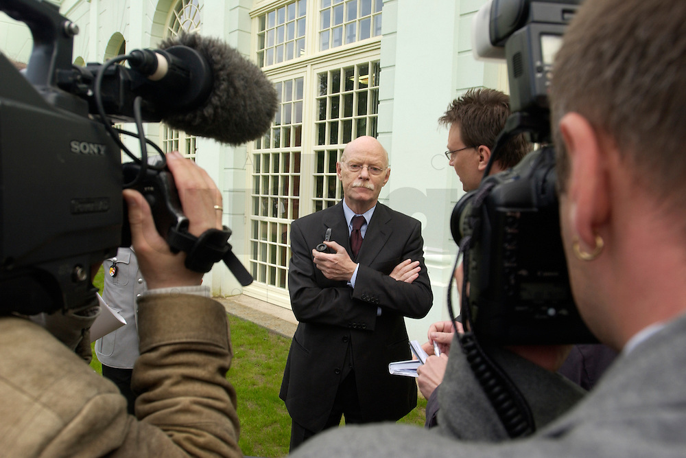 06 MAY 2004, ORANIENBURG/GERMANY:<br /> Peter Struck, SPD, Bundesverteidigungsminister, im Gespraech mit Journalisten, Schlosspark, Oranienburg<br /> Peter Struck, Federal Minister of Defense, talking with journalists<br /> IMAGE: 20040506-02-015<br /> KEYWORDS: Journalist