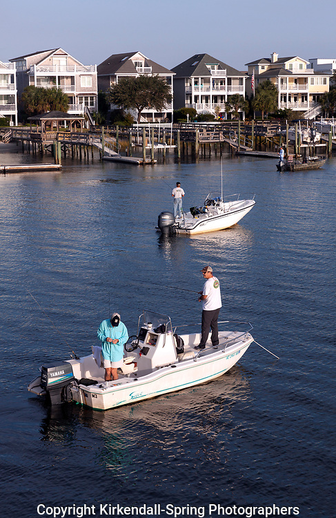 NC00941-00...NORTH CAROLINA - Fishermen in Banks Channel Wrightsville Beach.