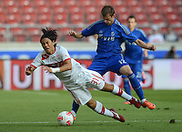Fussball Europa League Play Offs:  Saison   2012/2013     VfB Stuttgart - Dynamo Moskau  22.08.2012 Shinji Okazaki (li, VfB Stuttgart) gegen Pavel Nekhaychik (Dynamo Moskau)