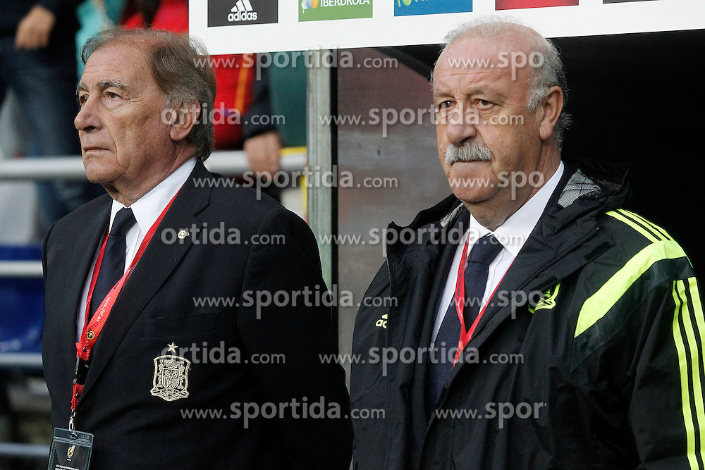 05.09.2015, Stadio Nuevo Carlos Tartiere, Oviedo, ESP, UEFA Euro 2016 Qualifikation, Spanien vs Slowakei, Gruppe C, im Bild Spain's coach Vicente del Bosque (r) and his second Jose Antonio Grande // during the UEFA EURO 2016 qualifier Group C match between Spain and Slovakia at the Stadio Nuevo Carlos Tartiere in Oviedo, Spain on 2015/09/05. EXPA Pictures &copy; 2015, PhotoCredit: EXPA/ Alterphotos/ Acero<br /> <br /> *****ATTENTION - OUT of ESP, SUI*****
