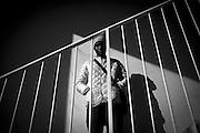 Un ragazzo sulle scale di ingresso di una delle palazzine occupate.