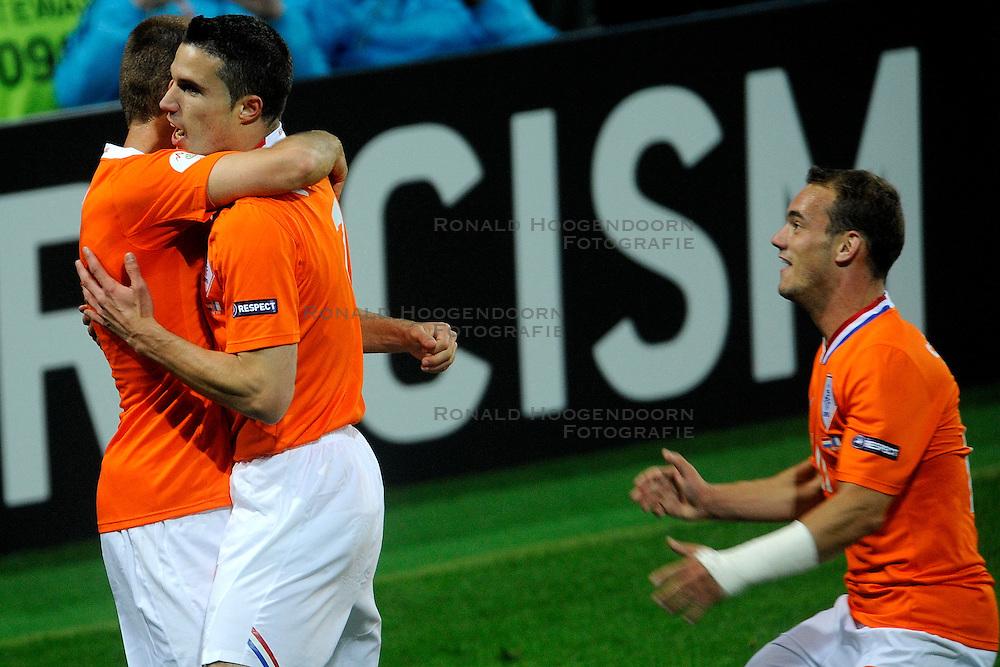 13-06-2008 VOETBAL: EURO 2008 NEDERLAND - FRANKRIJK: BERN <br /> Nederland wint met 4-1 van Frankrijk en plaatst zich als groepswinnaar voor de volgende ronde / Robin van Persie scoort de 2-0 op aangeven van Arjen Robben. Rechts Wesley Sneijder<br /> &copy;2008-WWW.FOTOHOOGENDOORN.NL