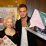 NLD/Amsterdam/20101128 - Modeshow en verkoop Artbags t.b.v het Aidsfonds in de Bijenkorf, Jim Bakkum en look a like Marilyn Monroe (Claudia Kooij)