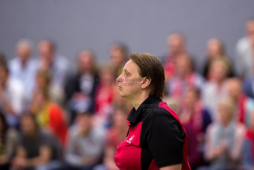 21-04-2016 NED: Springendal Set Up 65 - Vc Sneek, Ootmarsum<br /> Set Up verliest met 3-2 en staat met 2-0 achter in de finale serie best of five, Sneek kan aanstaande zondag kampioen van Nederland worden / Coach Petra Groenland