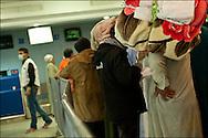 Des réfugiés Egyptiens ayant fui la Libye pour la Tunisie lors de leur rapatriement à l'aéroport de Djerba. La France (en coopération avec l'armée Tunisienne) organise sur place un ballet aérien reliant la ville de Djerba et celle du Caire. Aéroport de Djerba le 5 mars 2011. © Benjamin Girette/IP3 press