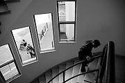&copy;Javier Calvelo/ URUGUAY/ MONTEVIDEO/ Hospital de Ojos Saint Bois/ Fotorreportaje. El Hospital de Ojos Saint Bois realizo ya 1130 operaciones a uruguayos y hoy alcanzo la cifra de 35 operaciones diarias en un promedio de 3horas por cada paciente dentro del hospital y un promedio de edad de 71 a&ntilde;os. <br /> El Director del Hospital de Ojos, Dr. Yamand&uacute; Berm&uacute;dez, me permitio hacer un seguimiento de los pacientes en las diferentes etapas dentro del hospital.<br />  Salud P&uacute;blica tiene pesquisados 3258 pacientes de Salud P&uacute;blica con indicaci&oacute;n quir&uacute;rgica, de esa cifra, unos 2712 son cataratas. El objetivo en lo inmediato es solucionar los casos de ceguera reversible como es el caso de las cataratas.<br /> Para la atenci&oacute;n en hospital, se debe solicitar hora por el 0800 4444 y el paciente ser&aacute; derivado a la policl&iacute;nica. Pero tambi&eacute;n est&aacute; previsto, para con los hospitales del interior, colaborar en la captaci&oacute;n de esos pacientes del interior profundo que muchas veces tienen dificultades para el acceso a la consulta.<br /> El Hospital de Ojos integra el Plan de Salud Ocular por lo que resuelve toda la demanda asistencial, pero tambi&eacute;n cuenta con un Departamento de Prevenci&oacute;n que se ocupa de captar patolog&iacute;as de detecci&oacute;n precoz como la ambliop&iacute;a &oacute; p&eacute;rdida funcional de la vista que al d&iacute;a de hoy ser&iacute;a la segunda causa de ceguera en Uruguay.<br /> 2008-05-15 dia <br /> foto: Javier Calvelo.