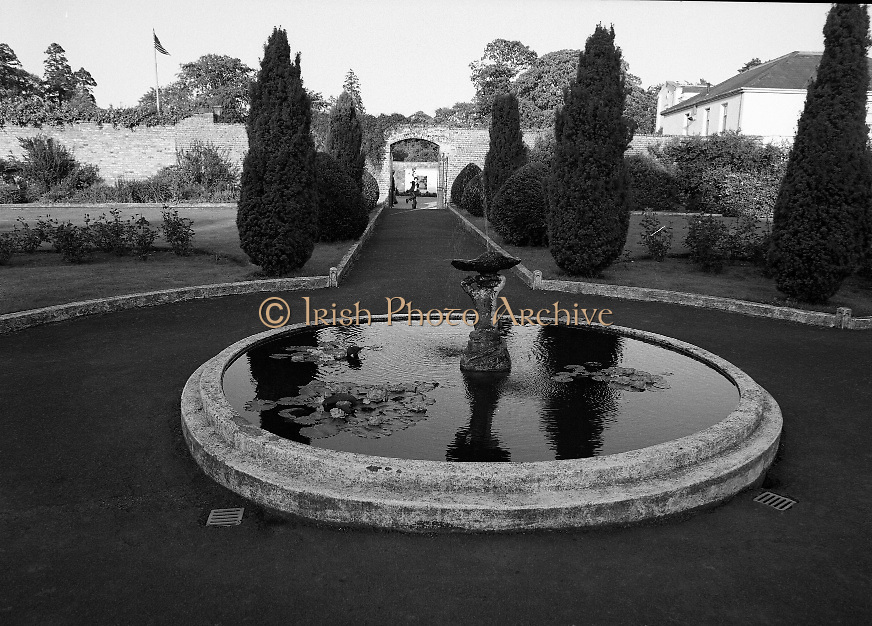 Guests and staff at the US Embassy in Phoenix Park, Dublin, celebrate American Independence Day..1980-07-04.4th July 1980.04/07/1980.07-04-80..Photographed at the US Ambassador's Residence,  Phoenix Park...A fountain in the grounds.
