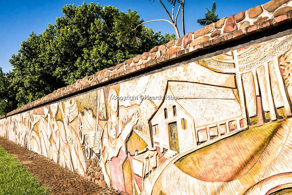 Mural na Praça João Arno Koelln. Mondaí, Santa Catarina, Brasil. / <br /> Wall sculpture at João Arno Koelln Square. Mondaí, Santa Catarina, Brazil.