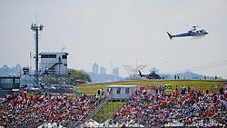Um helicóptero que transportava VIPs para o Grande Prémio do Brasil de F1 é visto decolando no heliporto do circuito de Interlagos, em São Paulo em 7 de novembro de 2010. Por razões de segurança, muitos pilotos, patrocinadores e convidados usam helicópteros para cobrir a distância entre o centro de São Paulo e o circuito. FOTO: Jefferson Bernardes/Preview.com