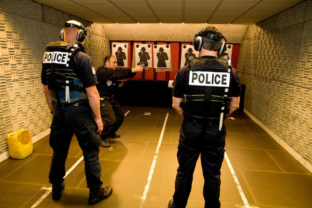 Paris, France. 6 Mai 2009..Brigade Fluviale de Paris..13h49 Entrainement au tir au commissariat du 14ème arrondissement...Paris, France. May 6th 2009..Paris fluvial squad..1:49 pm Shooting training at the 14th arrondissement police station.