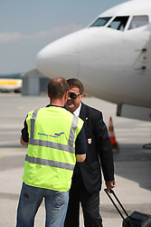 25.05.2010, Airport Salzburg, Salzburg, AUT, WM Vorbereitung, Serbien Ankunft im Bild Antic Radomir wird Begrüßt, Nationalteam Serbien, EXPA Pictures © 2010, PhotoCredit EXPA R. Hackl / SPORTIDA PHOTO AGENCY
