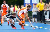 UTRECHT -Vaelentin Verga (r) van Oranje in duel met de Duitser Phillipp Zeller, zaterdag tijdens de  hockey interland tussen de mannen van Nederland en Duitsland (4-2). COPYRIGHT KOEN SUYK