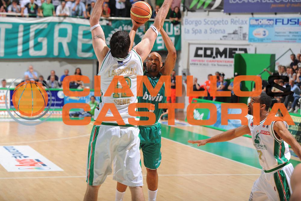 DESCRIZIONE : Treviso Lega A 2010-11 Semifinale Play off Gara 1 Montepaschi Siena Benetton Treviso <br /> GIOCATORE : Devin Smith<br /> SQUADRA : Montepaschi Siena Benetton Treviso  <br /> EVENTO : Campionato Lega A 2010-2011<br /> GARA : Montepaschi Siena Benetton Treviso <br /> DATA : 31/05/2011<br /> CATEGORIA : Tiro<br /> SPORT : Pallacanestro<br /> AUTORE : Agenzia Ciamillo-Castoria/GiulioCiamillo<br /> Galleria : Lega Basket A 2010-2011<br /> Fotonotizia : Treviso Lega A 2010-11 Semifinale Play off Gara 1 Montepaschi Siena Benetton Treviso<br /> Predefinita :