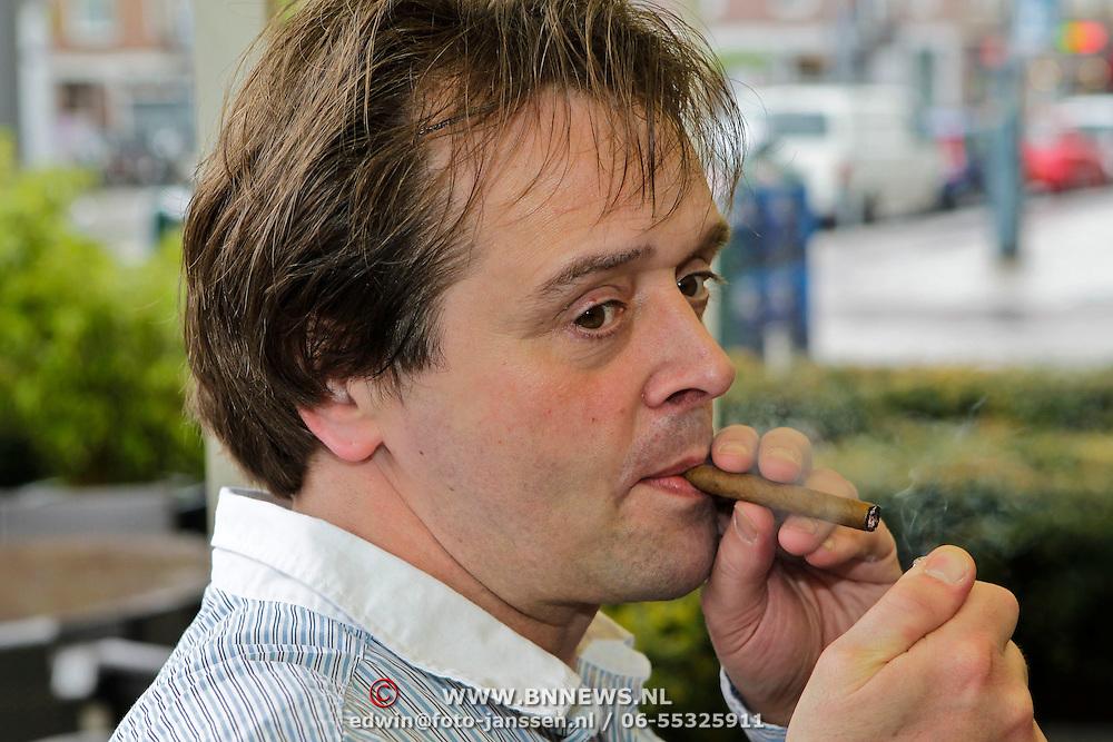 NLD/Amsterdam/20100512 - Nominatielunch genomineerden Musicalawards 2010, Peter Lusse rookt een sigaar