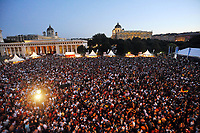 GEPA-2906087384A - WIEN,AUSTRIA,29.JUN.08 - FUSSBALL - UEFA Europameisterschaft, EURO 2008, Host City Fan Zone, Fanmeile, Fan Meile, Public Viewing. Bild zeigt die Fanmeile auf dem Heldenplatz. Keywords: Fans.<br />