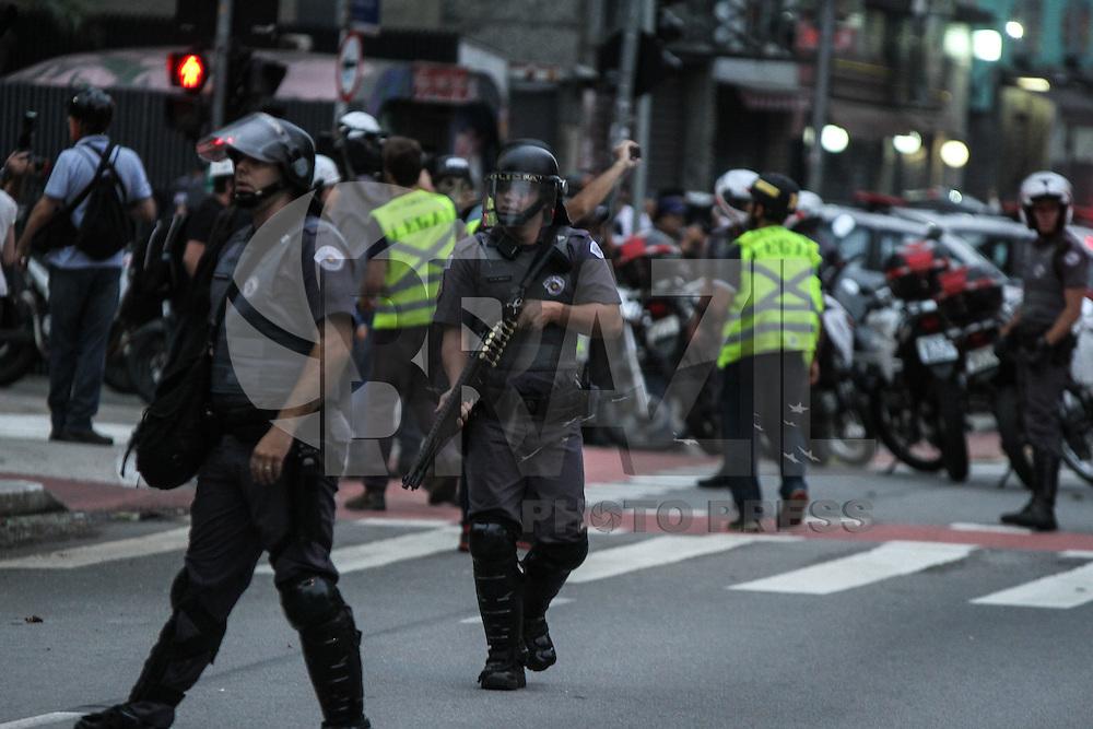 SÃO PAULO,SP, 12.01.2016 - PROTESTO-SP - Manifestantes e Policia Militar durante confronto na região central em São Paulo nesta terça-feira, 12. Segundo ato convocado pelo Movimento Passe Livre (MPL) contra o aumento da tarifa do transporte público. O reajuste começou a valer no último sábado, 9, e aumentou a tarifa de ônibus, metrô e trem de R$ 3,50 para R$ 3,80. (Foto: Amauri Nehn/Brazil Photo Press)