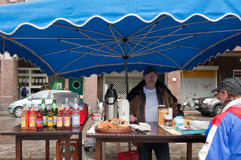 Flohmarkt mit Trödelständen von Anwohnern des Viertels