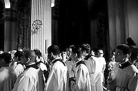 Lecce - Processione precedente la Santa Messa in onore del Santo. Passaggio della processione che accompagna l'arcivescovo all'altare per la celebrazione della Santra Messa in onore di Sant'Oronzo.