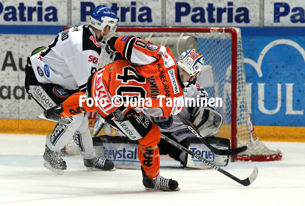 22.04.2010, Patria Areena, H?meenlinna..J??kiekon SM-liiga 2009-10, playoffs 1. loppuottelu HPK - TPS..Joonas Vihko tekee HPK:n 1-1 tasoituksen.©Juha Tamminen.