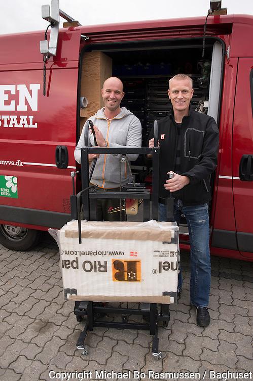 VVSerne Brian og Michael løfter radiator ved hjælp af særlig løftesækkevogn. Foto: © Michael Bo Rasmussen / Baghuset. Dato: 11.11.13