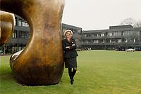 """10.03.1999, Deutschland/Bonn:<br /> Brigitte Sauzay, Beraterin des Bundeskanzlers für das deutsch-französische Verhältnis, und die Moore-Plastik """"Two Large Forms"""", Bundeskanzleramt, Bonn<br /> IMAGE: 19990310-02/03-24"""