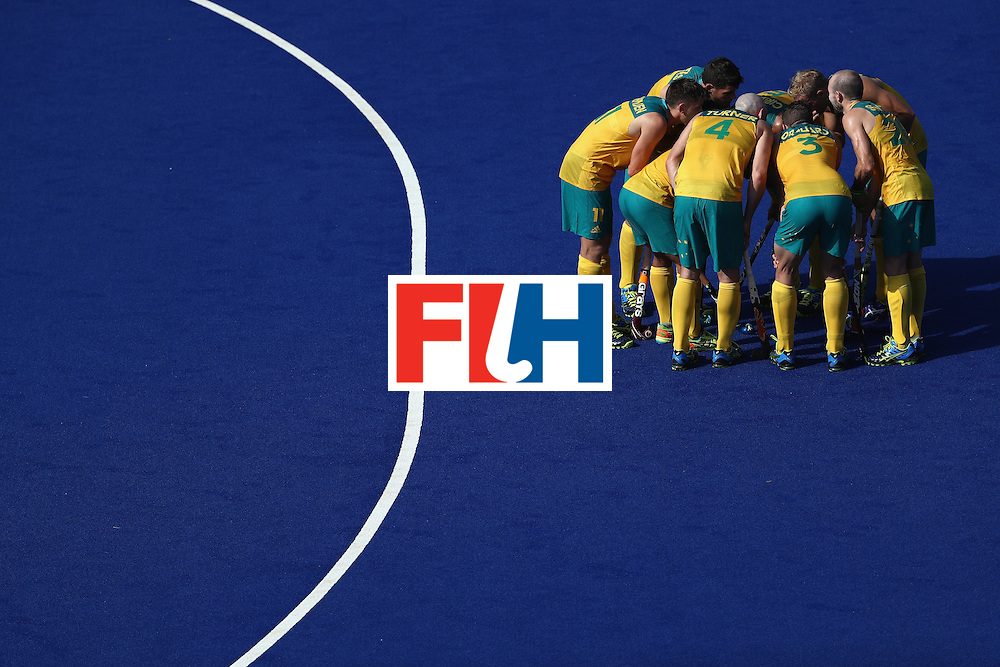 RIO DE JANEIRO, BRAZIL - AUGUST 06:  Team Austrailia huddles during a Pool A match between New Zealand and Austraiia  on Day 1 of the Rio 2016 Olympic Games at the Olympic Hockey Centre on August 6, 2016 in Rio de Janeiro, Brazil.  (Photo by Sean M. Haffey/Getty Images)