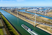 Nederland, Zuid-Holland, Rotterdam, 18-02-2015. Europoort, duwbak op Hartelkanaal ter hoogte van Dintelhaven. Rechts Beneluxhaven, Maasvlakte aan de horizon.<br /> Europoort and Hartel canal, barge near Dintelhaven. <br /> luchtfoto (toeslag op standard tarieven);<br /> aerial photo (additional fee required);<br /> copyright foto/photo Siebe Swart